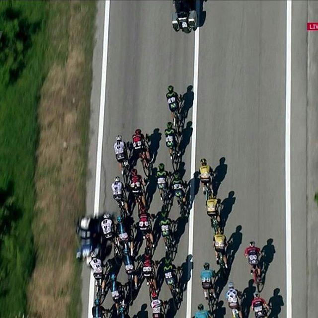 Por una moto, caída justo antes del inicio del puerto. Geraint Thomas, Mikel Landa (SKY) y Adam Yates (ORS), afectados.   #Giro100 #ciclismo #cycling #crazy