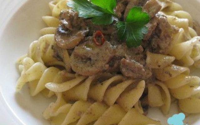 Pasta di Gragnano con funghi e salsiccia La ricetta di oggi Riccioli di Gragnano con funghi e salsiccia è un primo molto ricco, il sugo è fatto con funghi freschi e salsiccia, il tutto legato da un'onda di morbida panna. #pastadigragnano #funghi #salsicce #primo