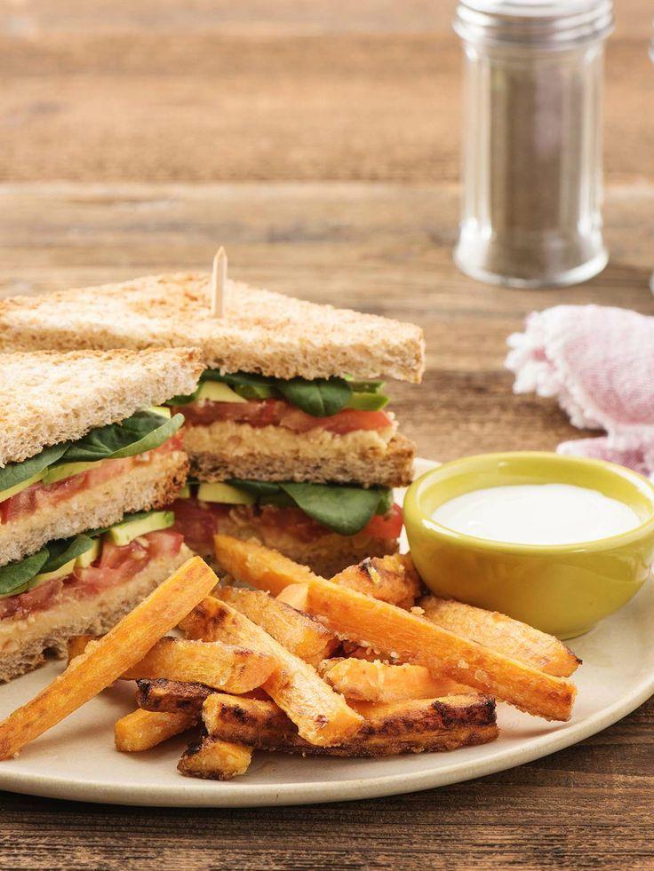 Grünes Club Sandwich mit Avocado, Hummus und selbstgemachten Karotten-Pommes