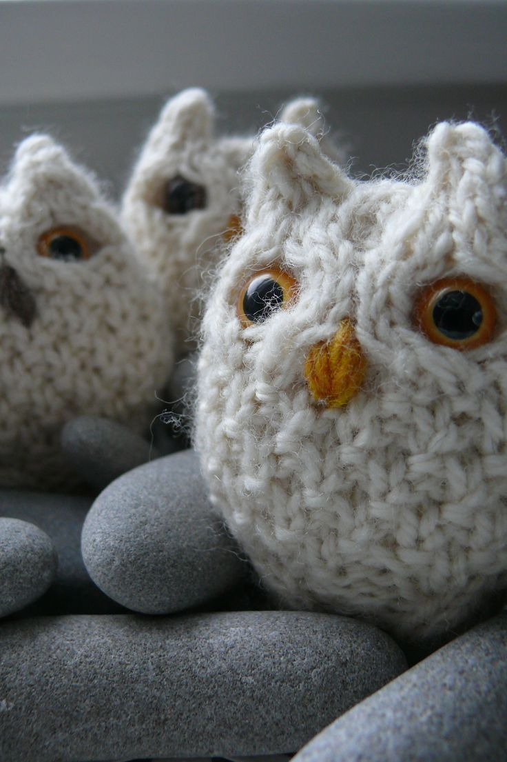 I love this pattern. I love it so much that I have made fourteen owls. As I usually do I modified it for knitting in the round, because I am persnickety about things like that, but otherwise the pattern is exactly the same. http://www.ravelry.com/projects/edirks/oisin-owl-6 ༺✿ƬⱤღ http://www.pinterest.com/teretegui/✿༻
