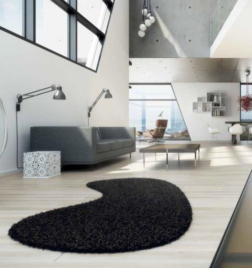 Černý kusový koberec s atypickým tvarem. / Black rug with the atypical shape.  http://www.bocapraha.cz/cs/aktualita/79/fletco-rugs-kusove-koberce-na-prani/