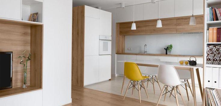 Salon z białą kuchnią