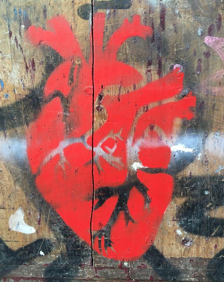 Obra anónima elaborada con plantilla y pintura en spray en un portal antiguo situado en el barrio de El Born. Se representa un corazón en un rojo llamativo. #ArtSocietatEducació2016 #stencil #grupB