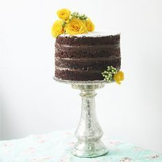 Naked de Brigadeiro ♡ #nakedcake #brigadeiro #cake #chocolate #bolo #flores #yellow #instabolo #instacake #cakestand #pastry #confeitaria #brasilia