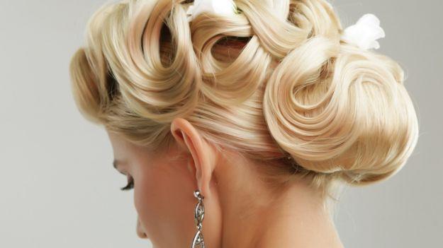 Открытая свадебная прическа на средние волосы ::: onelady.ru ::: #hair #hairs #hairstyle #hairstyles