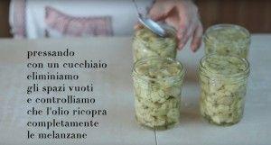 Facciamo le melanzane sott'olio con una ricetta facile che ci permette di conservare questo squisito ortaggio e di sfruttarlo per i mesi successivi.