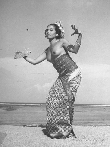 http://imgc.allpostersimages.com/images/P-473-488-90/60/6045/ADBD100Z/posters/balinese-dancer-pollok-performing-an-old-liagon-dance.jpg