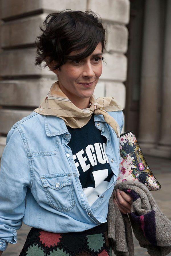 いつものコーデに変化を加えたいなら、首もとにポイントをプラスするのがおすすめ。Tシャツにデニムシャツというカジュアルな装いも、スカーフを巻くだけでフェミニンなニュアンスが加わり洗練された印象に仕上がる...
