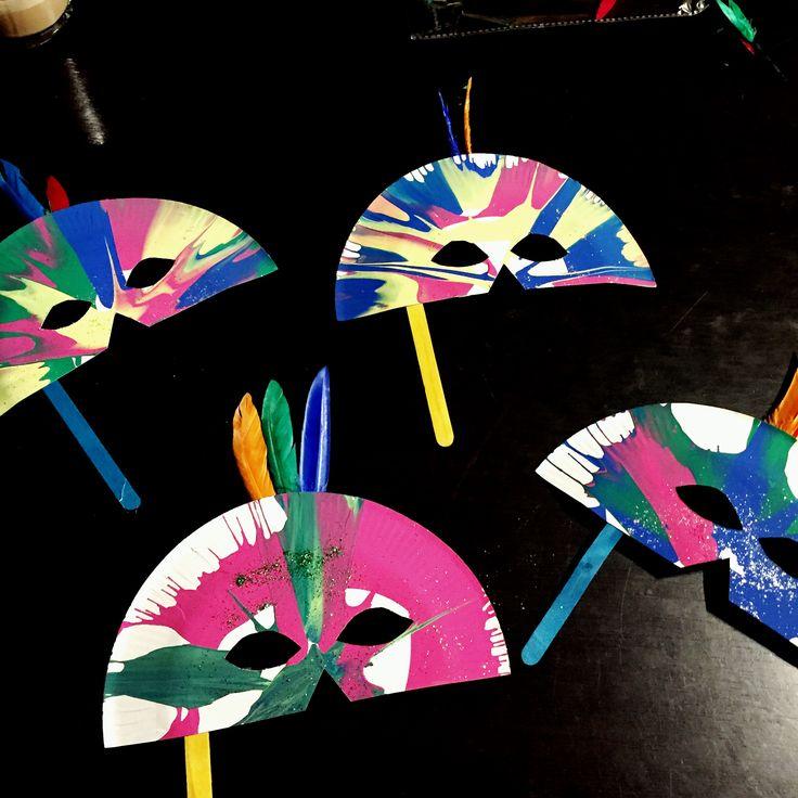 Maskertjes van kartonnen bord, geverfd in een slazwierder