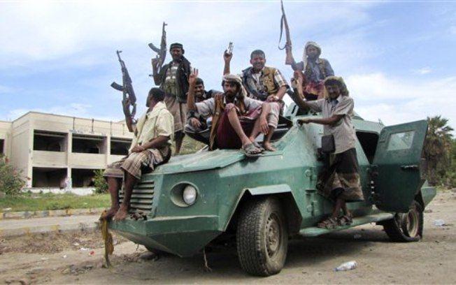 Milicianos leais ao presidente Abed Rabbo Mansour Hadi em um veículo do exército em uma rua de Aden, no Iêmen (6/04)