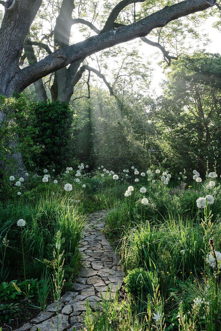 Allée de pierre traversant un champ de graminées et ails. Www.monjardin-materrasse.com