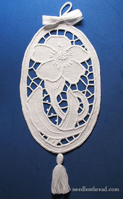 Beautiful Richelieu cutwork by Joanna Jakuszewska, who designs most of the projects in the Haft publications via Mary Corbet of Needle 'n Thread