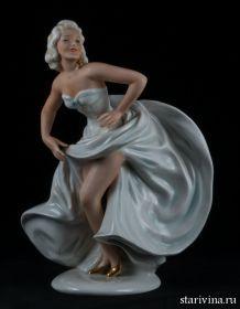 Увеличить Танцующая девушка с развевающейся юбкой, Unterweissbach, Германия. 1960 гг.