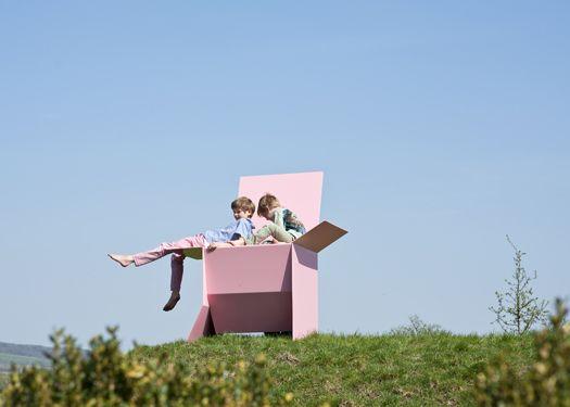 Carton Chair XL | Sebastie de Ganay   | 2013 | Una sedia che imita le scatole di cartone aperte o chiuse, saldate di lastre da lastre di alluminio 5mm. Sono completamente funzionale, altre variazione del design includono spazi per libri o bottiglie.