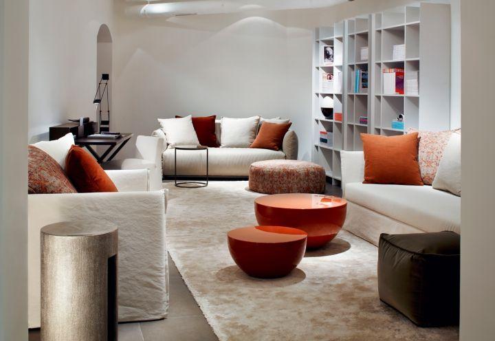 Quest'area è pensata in due tonalità: beige chiaro di fondo e la cromia degli aranci autunnali declianta nei tavolini e nei cuscini