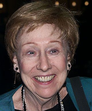 Jean Stapleton, the good-hearted dingbat who was the foil to Carroll OConnors Archie Bunker on All in the Family, has died. She was 90.