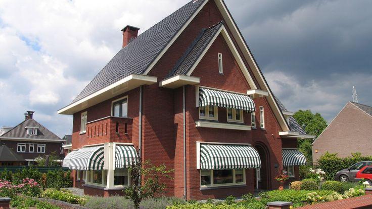 klassieke jaren dertig geïnspireerde woning   een riante woning met een getrapte gevel, balkonerker en een typische jaren 30 halfronde entree