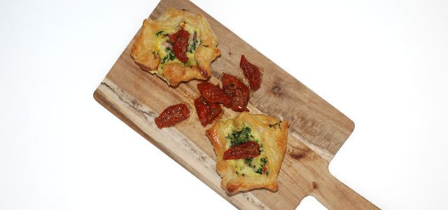 Mini spinazie-spek quiches met zongedroogde tomaat