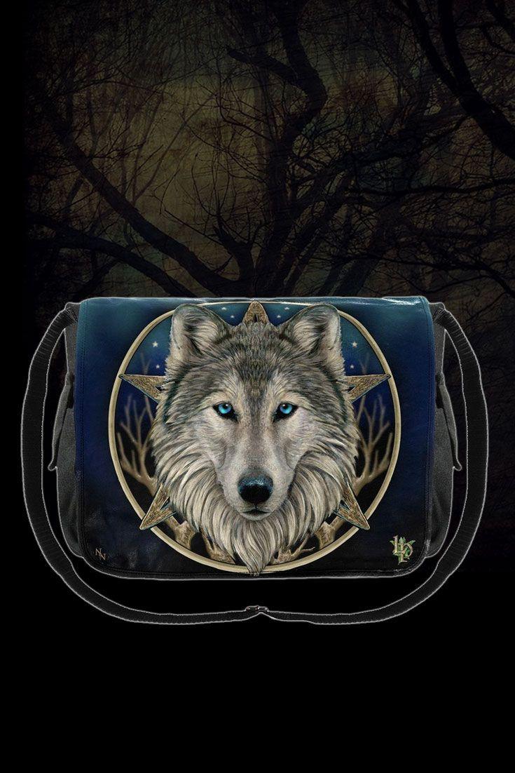The Wild One! Die fantastischen Kunstwerke von Lisa Parker begeistern uns immer wieder und diese hochwertig bedruckte #Umhängetasche ist eine ebenso schöne wie praktische Möglichkeit, ein Stück #Magie in den Alltag zu bringen. Und wer dem grauen #Wolf in seine eindringlich blauen Augen blickt, weiß dass er von Deinen Habseligkeiten lieber die Finger lassen sollte! #lisaparker