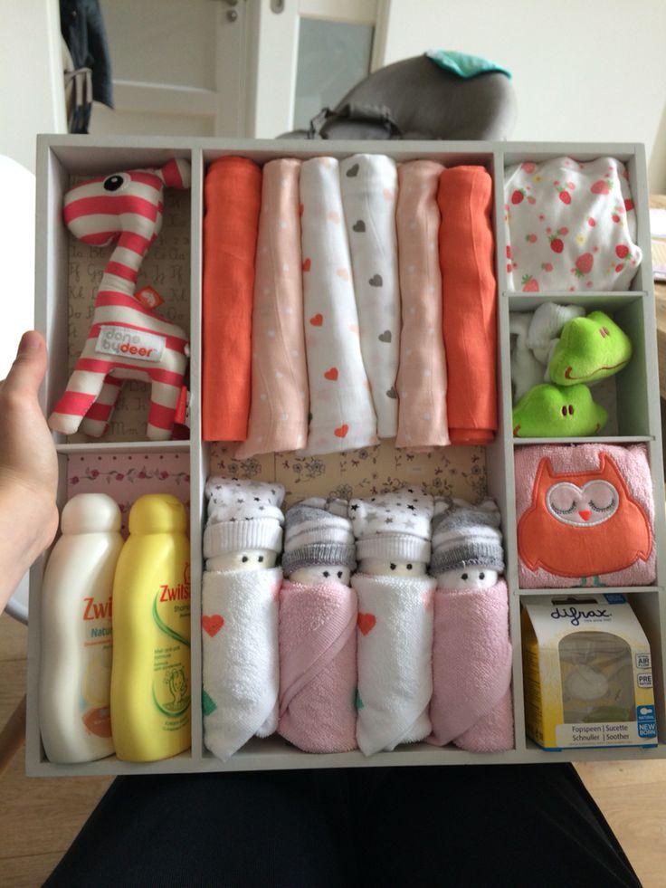 DIY Babyshower cadeau, dienblad met vakken gevuld met cadeaus