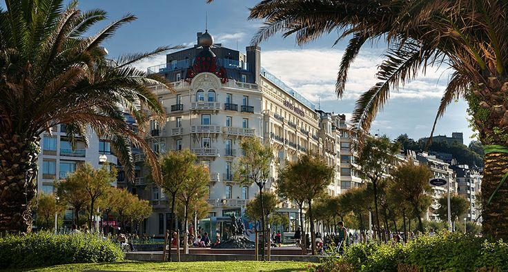 Fotografias de Hotel de Londres. El Hotel de Londres y de Inglaterra es su hotel con encanto en San Sebastián. El lujo, las instalaciones modernas y un servicio de alto nivel hacen de este edificio histórico uno de los mejores hoteles en el centro de Donostia.