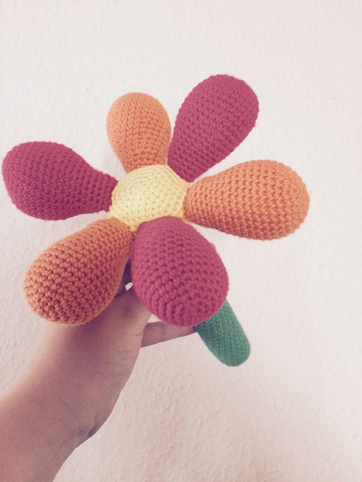 Blomst med rasler i med opskrift fra fra Little Happy Crochet