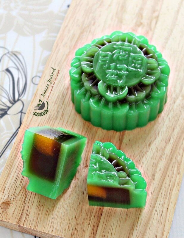 As Mooncake Festival is exactly 2 weeks from now, I'm sharing with you my Pandan Jelly Mooncake. This time around I used mashed pumpkin as egg yolk that I adapted from Jozelyn (with little adjustments), the filling is gula melaka (palm sugar) and the outer skin is with pandan flavour using pandan water and pandan paste. …