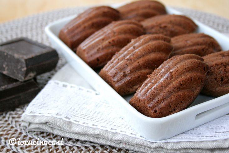 Le madeleine al cioccolato e mandorla sono una versione golosissima dei tradizionali dolcetti francesi soffici e delicati a forma di conchiglia.