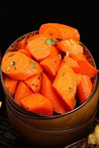Морковь, жаренная (запечённая) в меду Ингредиенты 4 порции Морковь молодая4 пучка Масло оливковое2 столовые ложки Мед2 столовые ложки Сольпо вкусу Перец черный свежемолотый