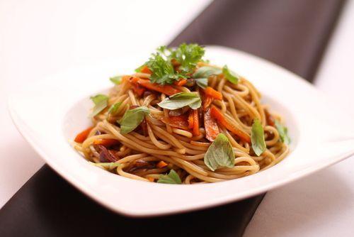 Espaguetis con verduras y salsa de soja