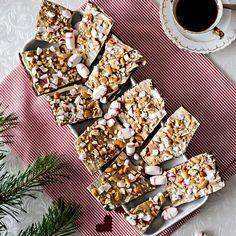 Julgodis i form av chokladbräck med polkagris och cashewnötter.