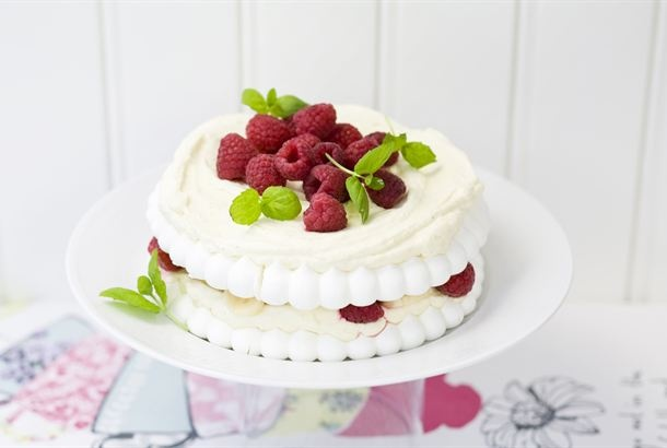 Marenkikakku (Meringue cake) on kesän nopein, raikkain ja näyttävin jälkiruoka ja kahvipöydän kaunistus.  http://www.valio.fi/reseptit/marenkikakku/