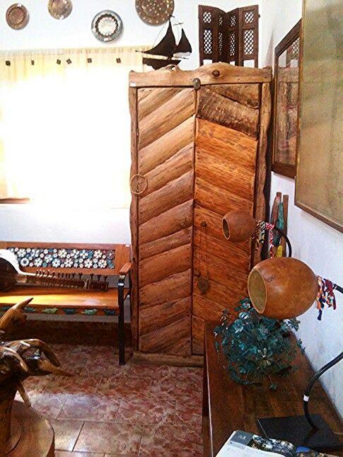 Armario feito de madeira de eucalipto recuperada.