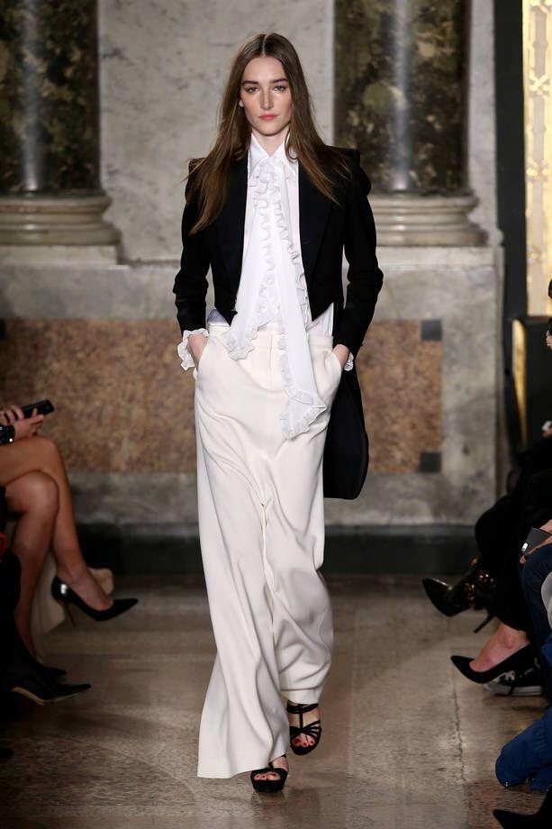 Immagine di http://cdn1.stbm.it/pianetadonna/gallery/foto_gallery/moda/sfilate/foto-milano-moda-donna-collezione-emilio-pucci-ai-2015-2016/outfit-con-giacca-da-frac-camicia-bianca-con-rouches-e-pantaloni-ampi-bianchi.jpeg?.