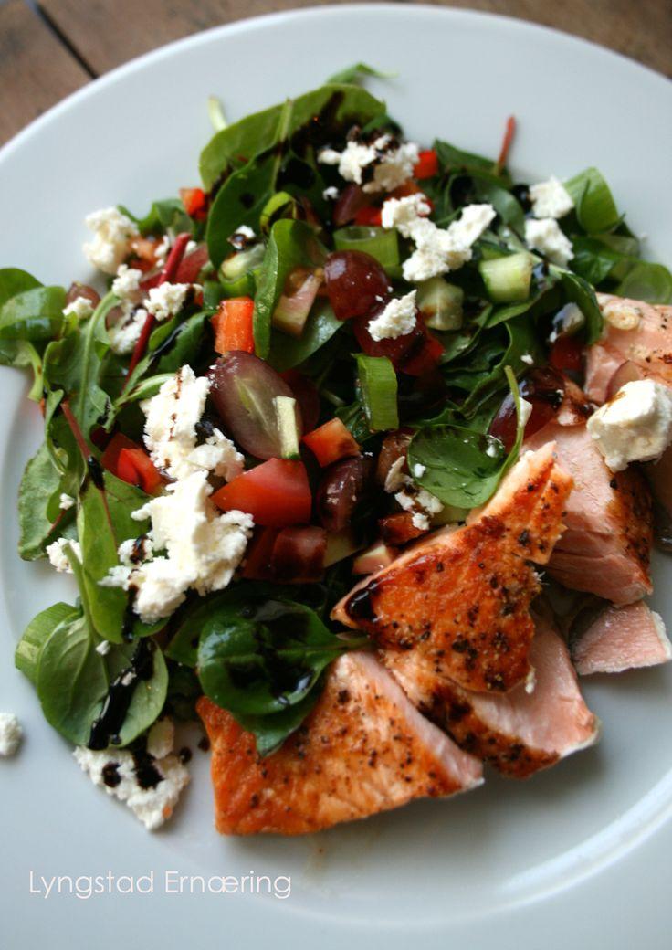Forfriskende salat med laks og druer