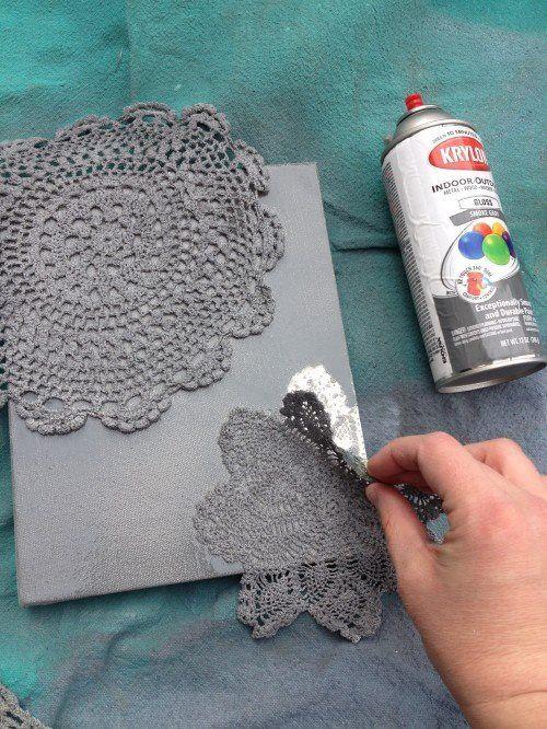 Spitzentischdecken auf Leinwand legen, mit Farbe drüber sprühen, trocknen lassen, fertig