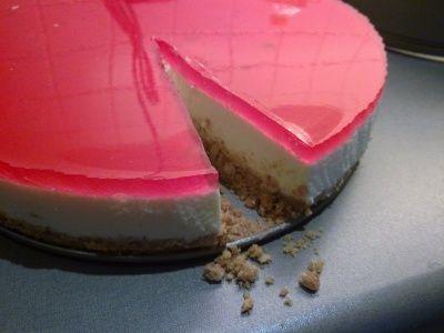 I dag prøvde jeg meg på ostekaken jeg skal lage i dåpen til Oliver. Det gikk over all forventning...