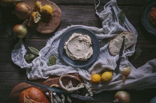 Como fazer Taramasalata Taramasalata é uma propagação salgado e cremosa feita a partir de ovas de carpa, pão amanhecido, azeite e suco de limão. Pense nisso como a versão ovo peixes de creme de salmão queijo, mas sem leite e com uma base batido e pão arejado. É o condimento de peixe final, deliciosamente salgado com ricos, tons cremosos. Este mergulho tradicional grega é usado no pão e biscoitos, mas eu adoro incorporá-lo em sanduíches, wraps, hambúrgueres, bagels, e praticamente qualquer…