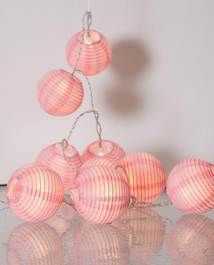 Vakker og romantisk lysslynge fra Star Trading laget av rispapir. Festival Risball slynge har 10 risballer og gir deg et vakkert lys. Du får den i flere farger som du gjerne må kombinere med hverandre.
