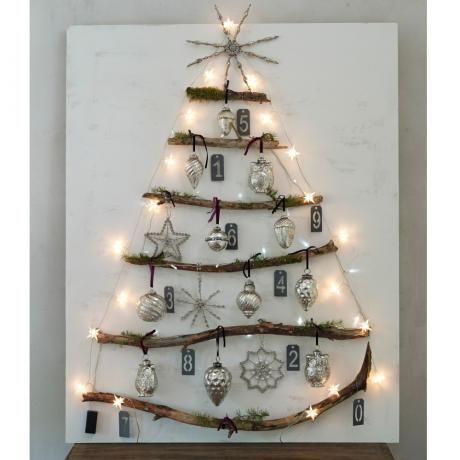Lichterkette Starshine angeordnet mit Baumzweigen und Weihnachtsschmuck in Form eines Christbaums #loberon
