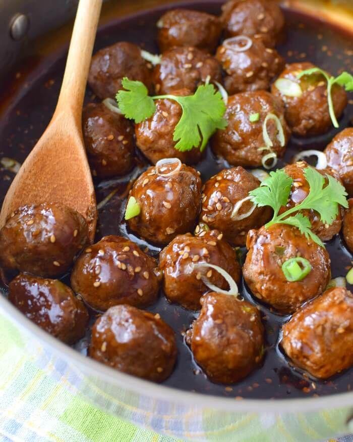 Prepare estas albóndigas con carne molida de res, cochino, pollo o una combinación de ellas; mientras se hacen las albóndigas en el horno, prepare la salsa teriyaki casera. Ven por la receta!