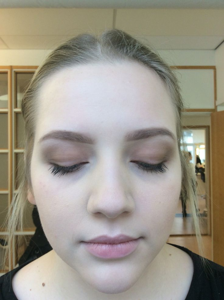 Chinjong och ögon makeup på Linnea. Klassiskt tema