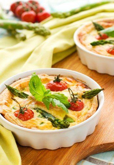 Receta de quiche con esparragos - Recetas de quiche - Esta receta de quiche con espárragos verdes es deliciosa porque la combinación de los ingredientes es perfecta. ¡A cocinar! Ingredientes 1 masa de hojaldre 600 gr...