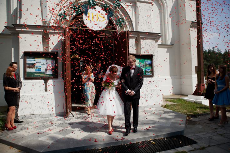 kolor przewodni czerwony, krótka sukienka do ślubu, fotografia ślubna, joy, wedding photography, wedding in red, short wedding dress http://www.nieobiektywni.pl/2014/03/16/podniebna-przygoda-ogien-lody-i-woda-czyli-reportaz-slubny-magdy-i-lukasza/
