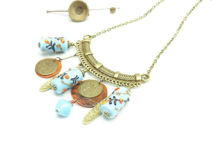 ~ Pour elle ~ Collier vintage, perles indienne bleues, coquilles rouille et breloques pièces de monnaie. Collier plastron vintage perles bleues. - 29,90€ -
