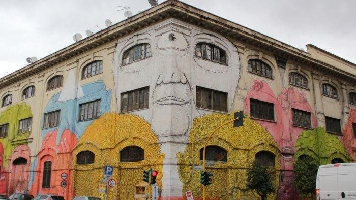 Il grandissimo murale in via del Porto Fluviale è ancora lì. Le controverse opere dell'artista che fa discutere