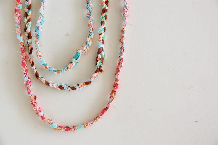 DIY Braided Scrap FabricBraids Scrap, Crafts Ideas, Diy Necklaces, Fabrics Scrap, Kids Crafts, Scrap Necklaces, Diy Braids Necklaces, Scrap Fabrics, Fabrics Necklaces