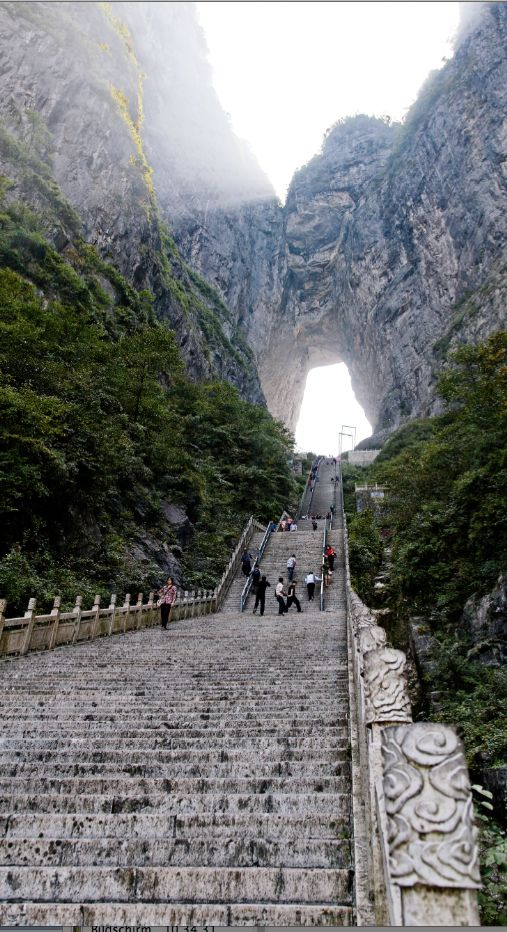 """999 Stufen führen zum zum """"Heaven's Gate"""" (dt. Himmelstor) am Tianmen Shan – oder Heaven's Gate Mountain. Weitere krasse Treppen hier: http://www.travelbook.de/welt/Hier-gehen-Sie-steil-Die-krassesten-Treppen-der-Welt-541522.html (Foto:Getty)"""