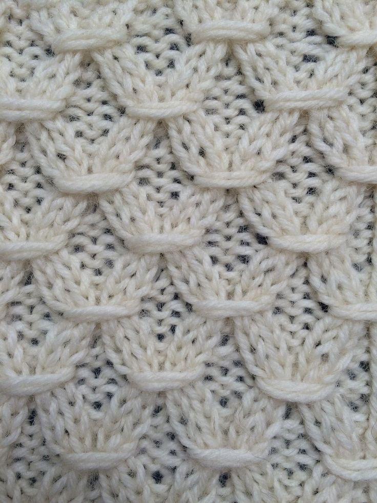 De smock steek maakt dat je breiwerk in de breedte wat smaller wordt. Je kunt het gebruiken voor bijvoorbeeld het smaller maken van een babytruitje, maar ook in een kussenovertrek misstaat de smock steek niet.