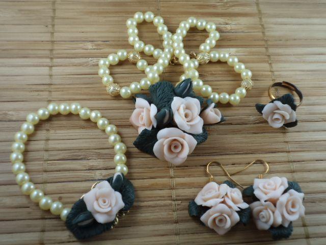 Set bijuterii Tiffany (cercei - colier - bratara - inel) Set unicat realizat manual din lut polimeric. Se poate realiza doar la comanda, in diferite culori. Inelul este reglabil.